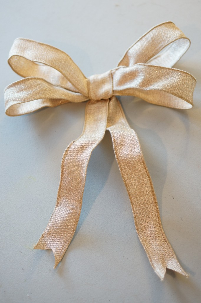 MacSuzie | Simple Homemade Bow - Whether you are decking your halls or tackling holiday gift wrapping, this simple and elegant fabric bow will come in handy :)