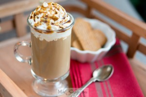 MacSuzie | Gingerbread Latte w/ Caramel Molasses Drizzle - This delicious and easy gingerbread latte will spice up your morning routine and put you in the holiday mood for sure!